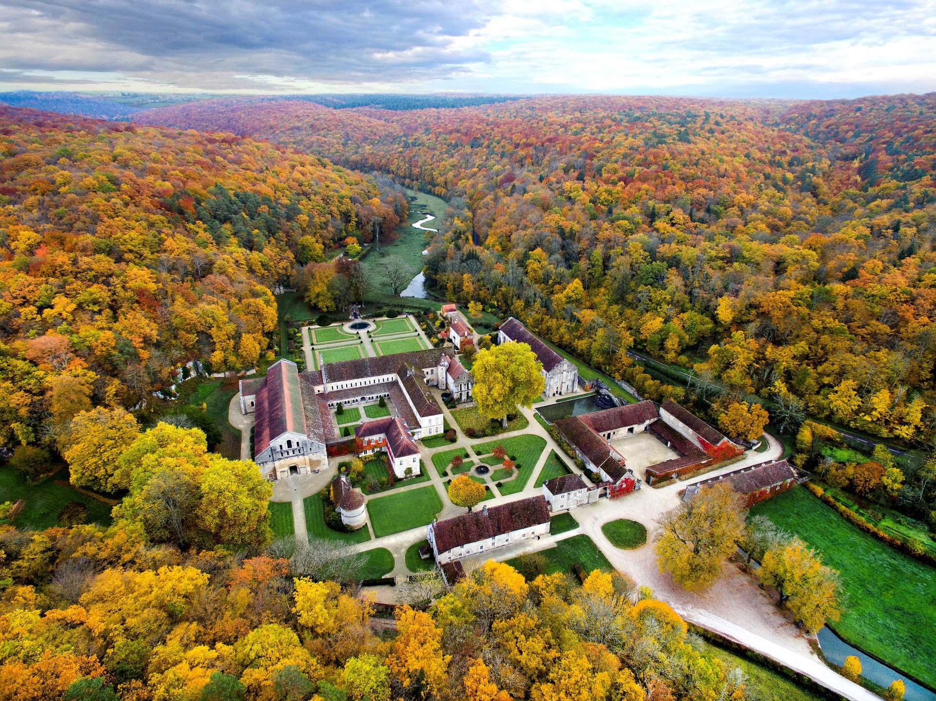 Abbaye de Fontenay à l'automne