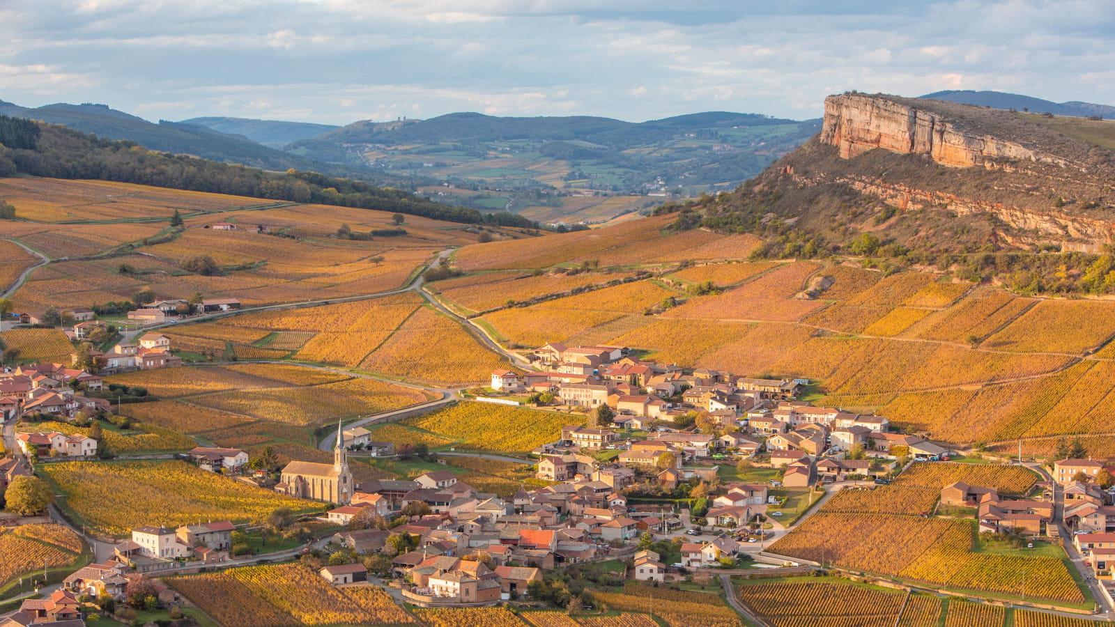 Village et Roche de Vergisson, vue depuis la Roche de Solutré