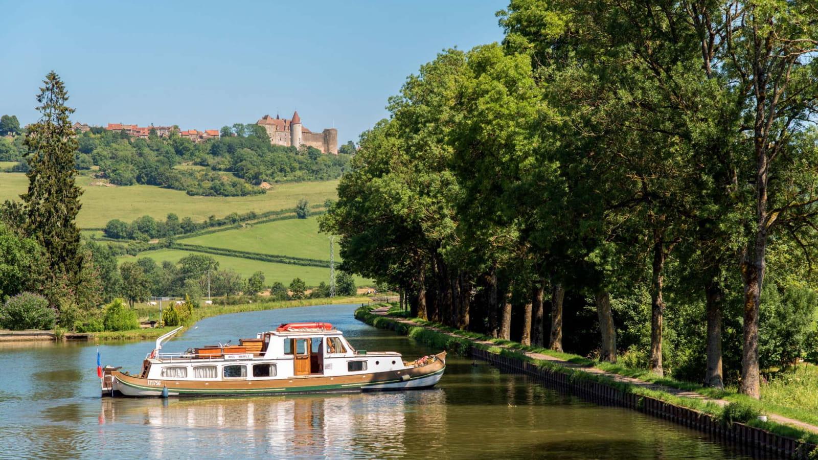 Vue sur Châteauneuf depuis le canal de Bourgogne