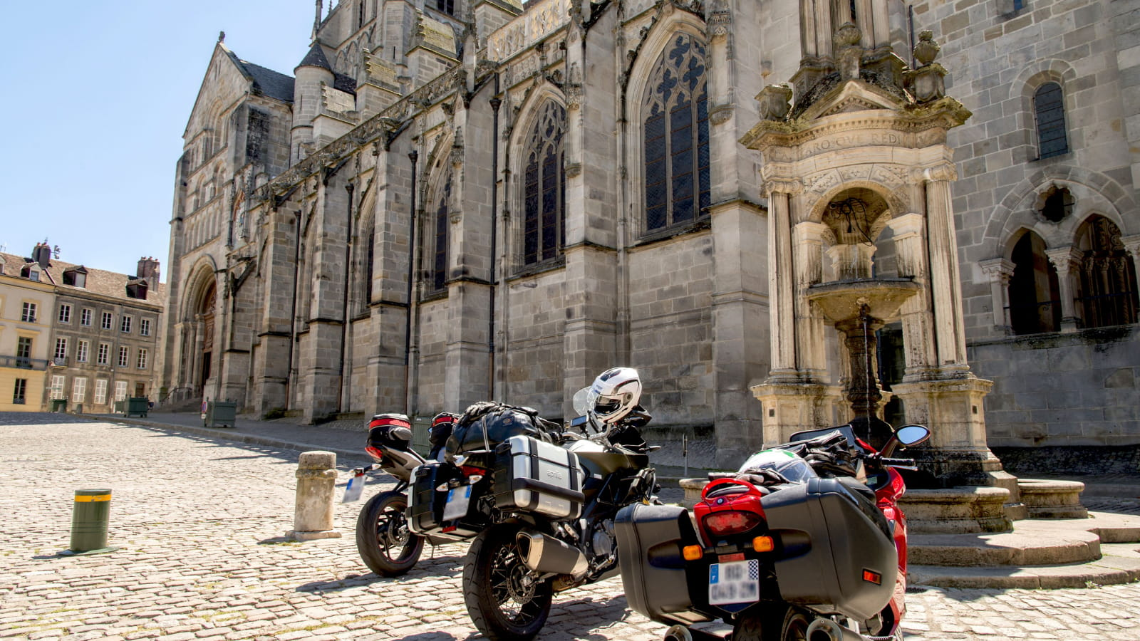Moto devant église Saint-Lazare Autun