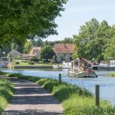 Bateau fluvial sur le canal de Bourgogne