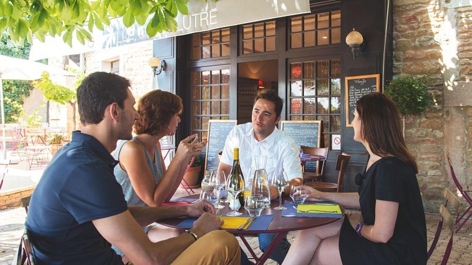 Déjeuner dans un restaurant à Solutré
