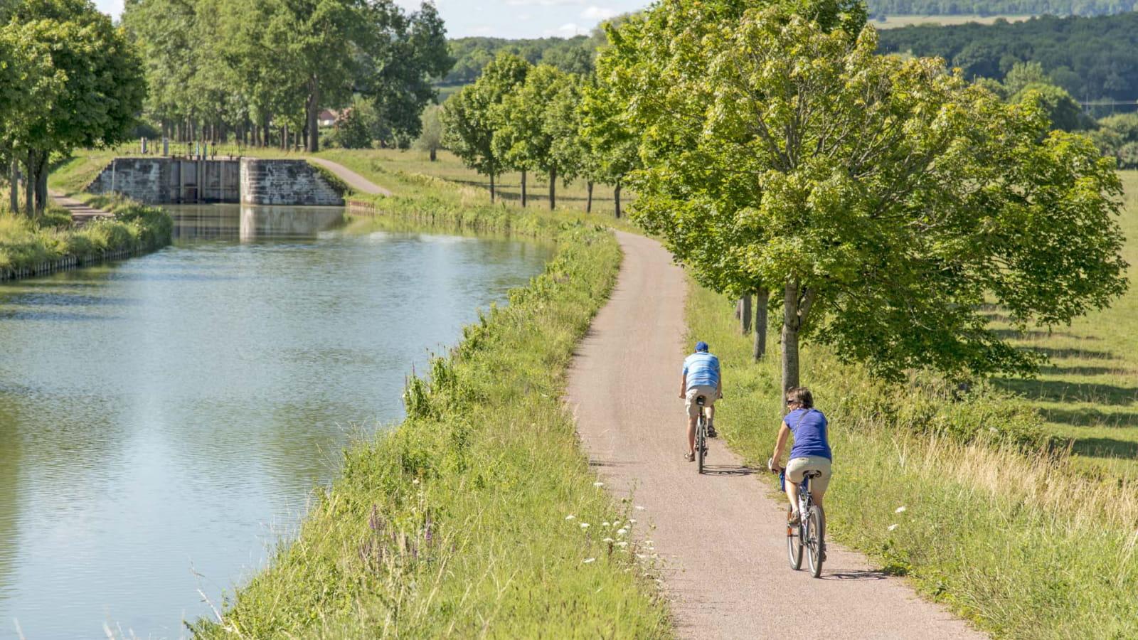 A vélo le long du canal de Bourgogne