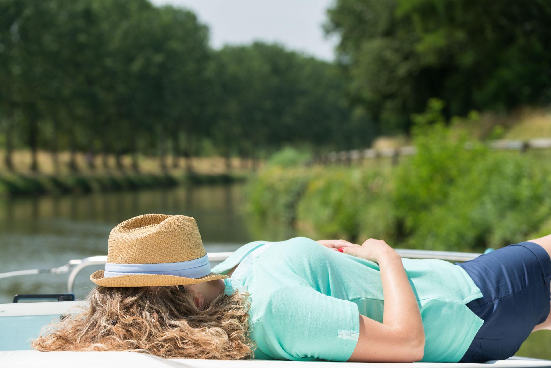 Sieste sur un bateau fluvial