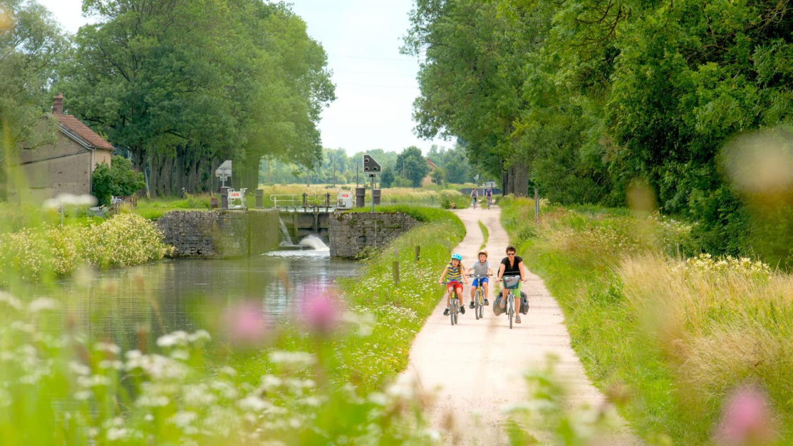 Famille à vélo sur la véloroute le long du canal de Bourgogne