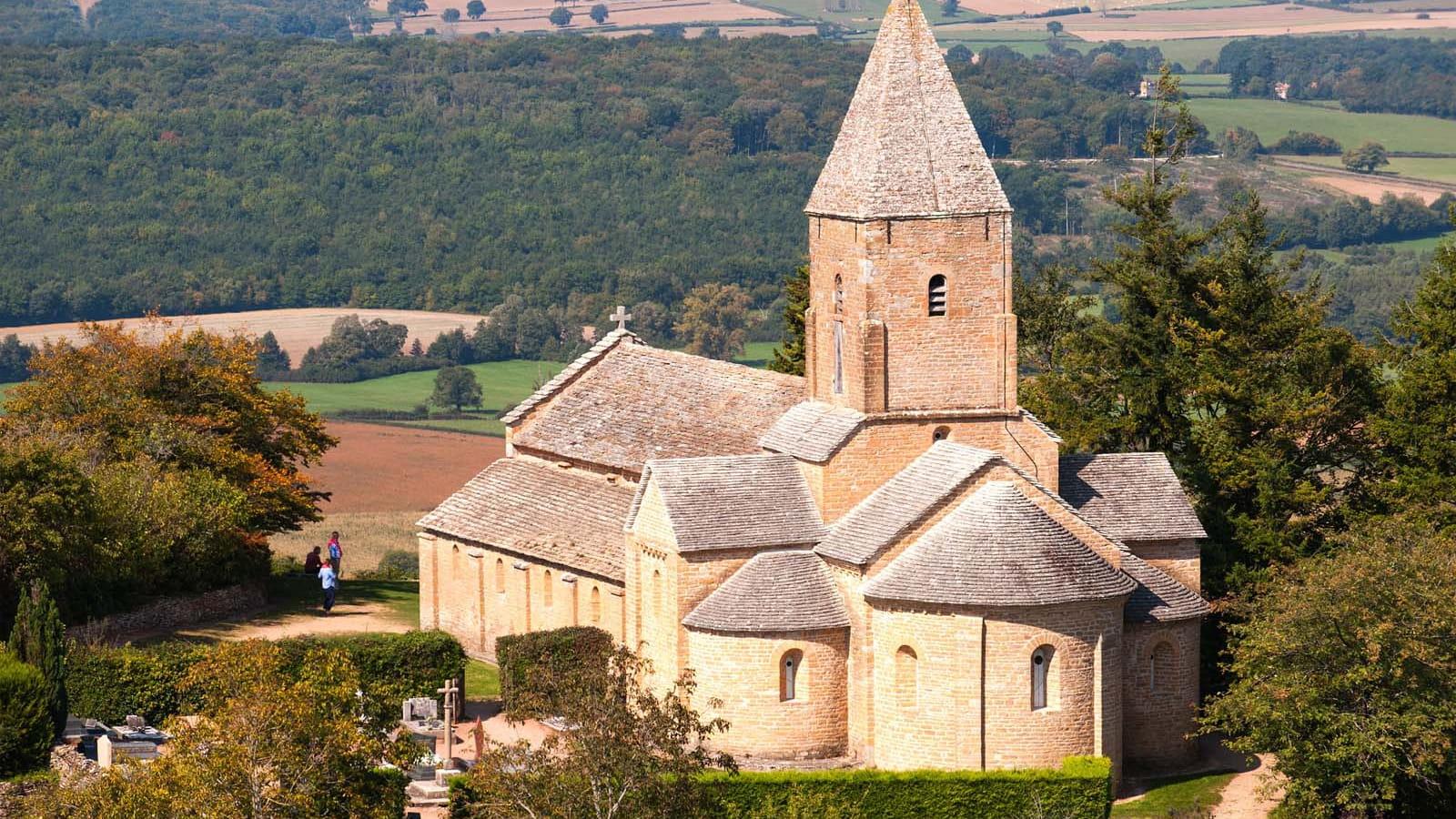 Perchée sur son éperon rocheux, l'église Saint-Pierre de Brancion