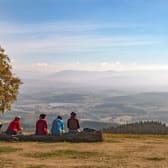 Randonneurs à Bibracte sur le Mont Beuvray