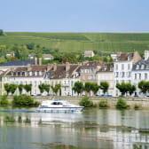 Bateau sur l'Yonne à Joigny et vue sur les vignes
