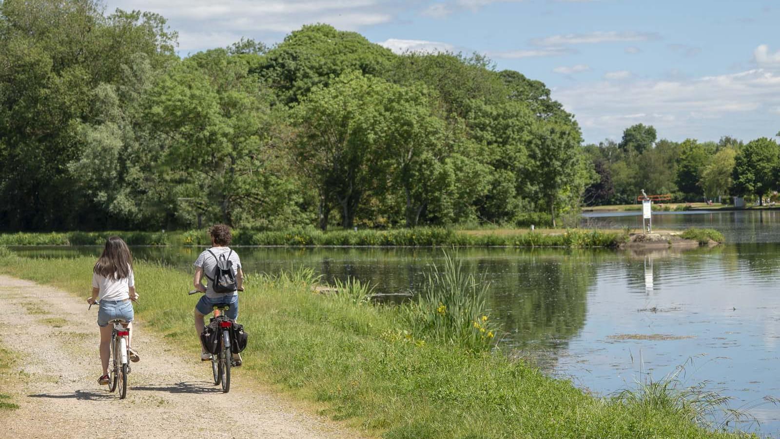 Decize et le canal latéral à la Loire à vélo
