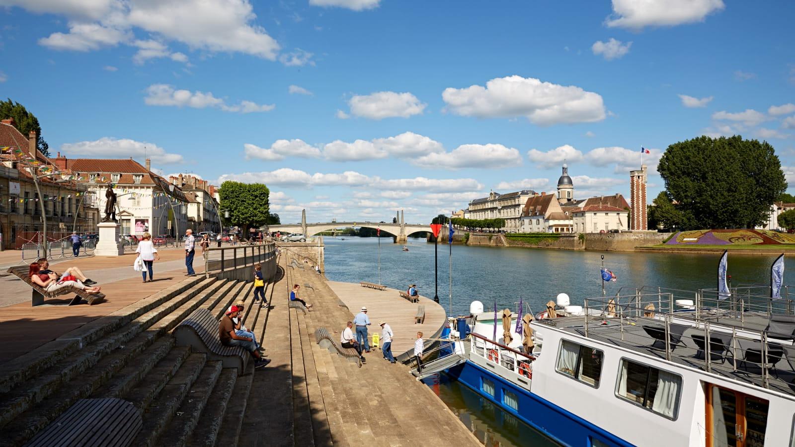 les quais le long de la Saône à Chalon
